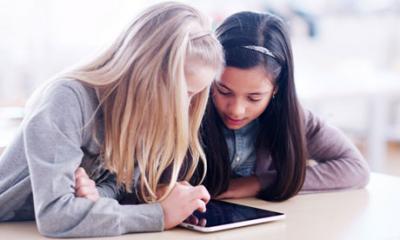 Girls-use-tablet-compuer-010.jpg